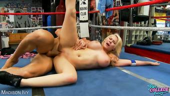Сисястая бестия сношается с пошлым парнем на бойцовском ринге