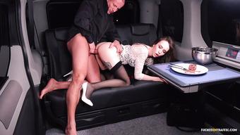 Пошлый водитель отымел секретаршу босса в лимузине пока его не было