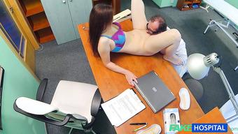 Потрясающая девушка дала врачу полизать письку и согласилась на трах