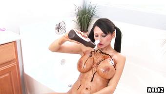 Подруга с огромными буферами обильно натерла себя шоколадом