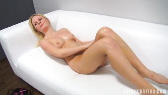 Обворожительная блондинка на кастинге позирует голой и обливается маслом