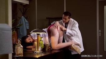 Наглый доктор дрочит письку горячей медсестры и трахает ее раком
