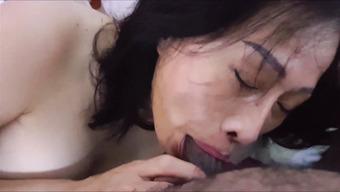 Азиатская потаскушка страстно сосет толстый пенис черного хахаля