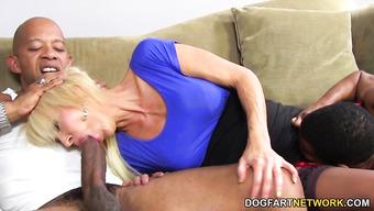 Зрелая блондиночка заглатывает огромный член черного счастливчика