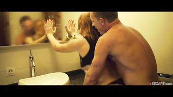 Бурная вечеринка украсилась сексом в туалете