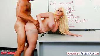 Студент засадил фигуристой преподавательнице
