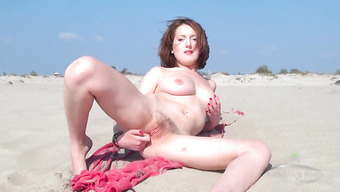 Пляжная развратница показала писечку